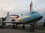 Yak-42 y Vostok al fondo. Se puede subir al Yak, sentarte en la cabina y TOCAR todo. Como niños lo hemos pasado (6067259404).jpg