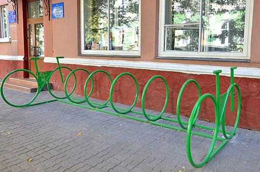 Велоінфраструктура Тернополя - Велопарковка біля Тернопільської обласної бібліотеки для дітей - 17098631
