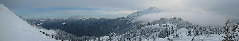 Панорама гори Піп Іван Мармароський з підніжжя г. Берлебашка. Автор фото — Marushchak Oleksii, ліцензія CC-BY-SA-4.0