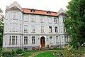 Жилой дом с двумя скульптурами львов у входа,Калининград.jpg