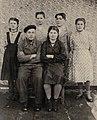 Завербованные на Инзерский завод девушки с усмангалинцами. Сидят родители Г. Ситдыковой.jpg