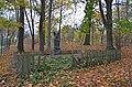 Могила лісовода Вінтера серед дерев, що він посадив.jpg