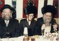 הרב שלמה שטנצל עם חתנו יוחנן סילמן ומימין הרב יהודה סילמן.pdf
