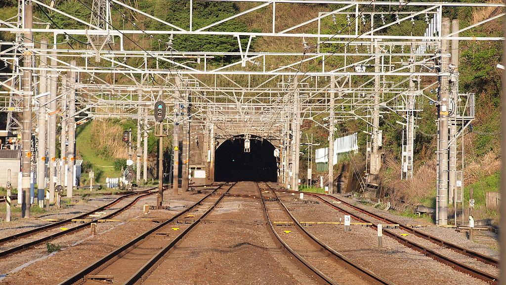 函南駅より丹那トンネル坑口をのぞむ