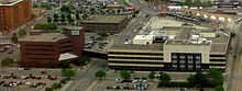 Foto aérea de un edificio de oficinas largo y bajo