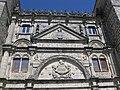 100 Casa de las Torres, timpà i escut dels Dávalos.jpg