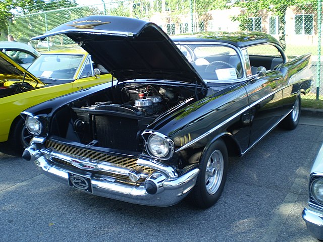 https://upload.wikimedia.org/wikipedia/commons/thumb/1/16/1957_chevrolet_bel_air_sport_coupe_%28observe%29.JPG/640px-1957_chevrolet_bel_air_sport_coupe_%28observe%29.JPG