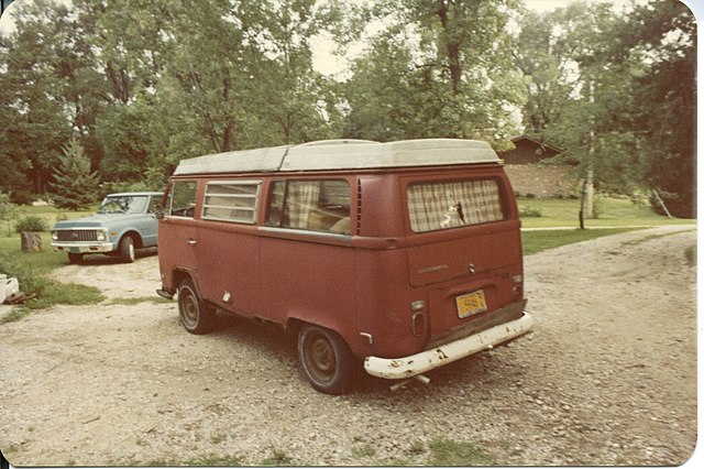 https://upload.wikimedia.org/wikipedia/commons/thumb/1/16/1971_volkswagen_campermobile_rear_driver_quarter.jpg/640px-1971_volkswagen_campermobile_rear_driver_quarter.jpg