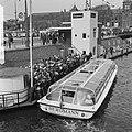 1 mei grote drukte van toeristen in Amsterdam bij rondvaarthaven, Bestanddeelnr 916-3787.jpg