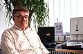 2014-07-02 Albrecht Reime, Leiter des Feuerwehrmuseums Hannover, hier am Scanner von Bernd Schwabe im Wikipedia-Büro Hannover.jpg