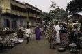 ASC Leiden - van Achterberg Collection - 03 - 40 - Un marché au bord du fleuve Niger. Des femmes en robes - Ségou, Mali - novembre-décembre 1993.tif