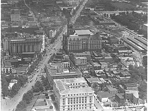 Federal Triangle - The Federal Triangle area in 1923, looking east with Pennsylvania Avenue in the left, the District Building in the foreground and the Post Office building and Center Market in the background