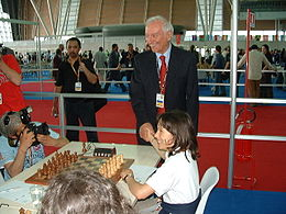 Piero Angela si congratula con la dodicenne Marina Brunello alle Olimpiadi degli scacchi di Torino 2006