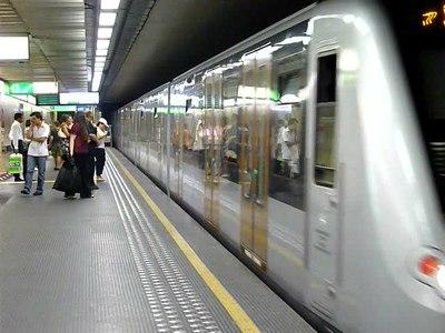 File:Arrivée d'une rame de métro de la ligne 1 à l'arrêt Mérode - Bruxelles.ogv