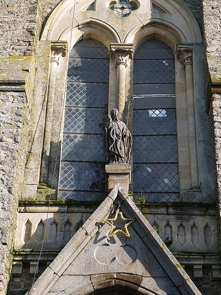 La statue de Saint-Thuribe au-dessus de l'entrée principale.