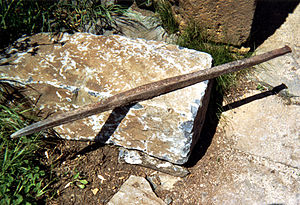 Digging bar - A digging bar with pointed and blunt ends