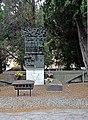 Bassorilievo ai morti nei campi nazisti (Cimitero di Staglieno).jpg