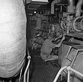 Bemanningsleden in de machinekamer van Hr Ms Van Speijk, Bestanddeelnr 252-8517.jpg