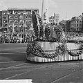 Bloemencorso 1963 Een der praalwagens op het Damrak, Bestanddeelnr 915-5044.jpg
