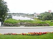 Falkenbergs borgruin overfor den Gamle by, på den anden side Ätran, ved broen