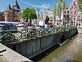 Brug 495, Bijleveldschesluis, in de Nieuwmarkt over de Kloveniersburwal.jpg