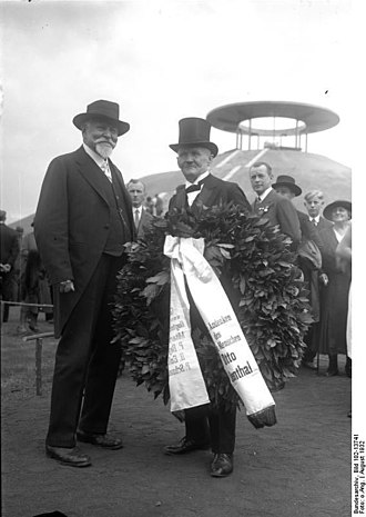 Otto Lilienthal - The unveiling ceremony of the new monument in Berlin. Gustav (left) and Paul Baylich, August 1932