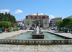 The public water fountain in the Praça do Município across from the Câmara Municipal de Nelas