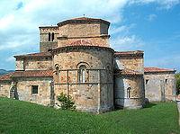 Exterior de la Colegiata de Santa Cruz en Castañeda, en Cantabria.