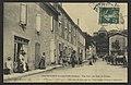 Chateauneuf-de-Galaure (Drôme). - Une Rue - Au find, le Château (34317299421).jpg