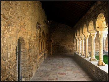 Claustro de la catedral de Roda de Isabena.jpg
