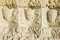 Collégiale de Candes Saint-Martin têtes sculptées du porche.jpg