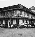 Collectie NMvWereldculturen, TM-20000917, Negatief, 'Hoekpand met een paar kramen ervoor in de Jalan Kali Besar Timur in het oude stadsgedeelte', fotograaf Boy Lawson, 1971.jpg