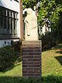 Cuijk - Sculptuur Lezend kind bij Kunstencentrum Meander op de hoek van de Kaneelstraat en de Fraterstraat.jpg