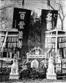 Das Grab Freiherrn von Ketteler's im Gesandtschaftsgarten mit den von der Stadt Peking als Beileidsbezeugung dargebrachten Fahnen und Ehrenschirmen.jpg