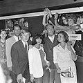 Discobal in de trein Amsterdam Zwolle, Herman Stok te midden van de tieners, Bestanddeelnr 918-0590.jpg