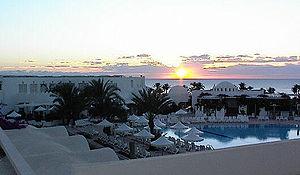 Sonnenaufgang am Meer vor einem Ferienhotel auf Djerba