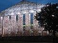 Documenta 14 Der Parthenon der Bücher bei Nacht 01.jpg