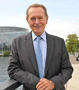 Dominique Baudis devant le Parlement européen.jpg