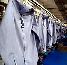 Рубашки висит на производственной линии
