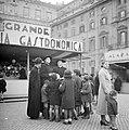 Drie geestelijken met een groep kinderen op de kerstmarkt, Bestanddeelnr 254-5494.jpg
