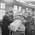 Drukte in de pakketpostafdeling te Amsterdam, paketten op transportband, Bestanddeelnr 917-1866.jpg