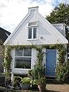 foto van Houten huis met puntvormig voorschot; goede pui