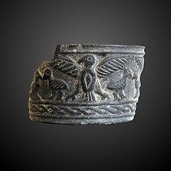 Fragment de coupelle avec aigle aux ailes éployées protégeant sa nichée