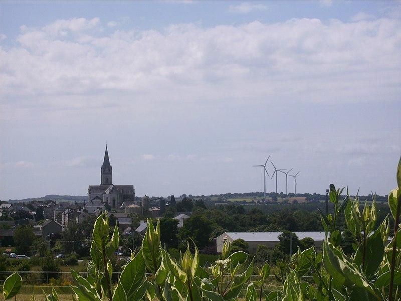 Le village de Freigné (49) et ses éoliennes vus de la route de Candé