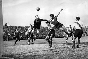 Arsenio Erico - Erico heading the ball in a match against River Plate, 1935.
