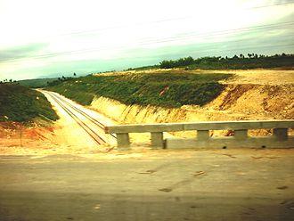 Autopista A4 (Cuba) - An A4 bridge in Guanajay crossing the new Havana-Mariel railway line
