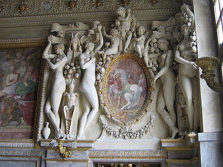 Stucco overdoor at Fontainebleau, probably designed by Primaticcio, who painted the oval inset Fontainebleau escalier roi.jpg