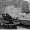 Fotothek df ps 0001020 Sich ausruhendes Pärchen am Brunnenrand der Wasserspiele.jpg