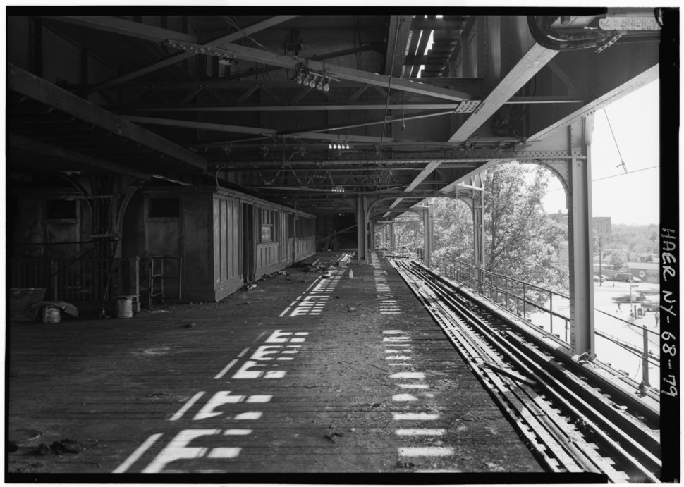 GENERAL VIEW ON GUN HILL STATION PLATFORM, SHOWING PASSENGER AREA ENCLOSURE AND GENERAL VIEW SOUTH OF SOUTHBOUND TRACK. - Interborough Rapid Transit Company, Third Avenue HAER NY,3-BRONX,13-79