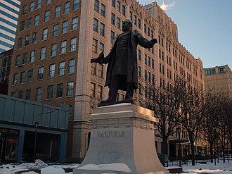 Piatt Park - Image: Garfield Statue